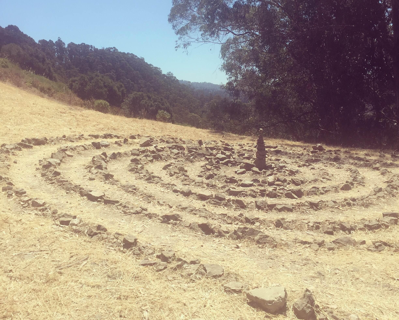 気分をリフレッシュしたいときは近所の丘を登ります。そこで見つけた小石で作ったプチ・ミステリーサークル。ぐるぐるぐるぐる…。見ているうちに「同じような気持ちの人が近所にいる」と、見知らぬ制作者に対して妙な親近感がわきます。