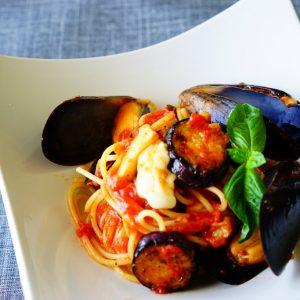 【ナスニンでアンチエイジング!】ムール貝も加えて豪華に♪ 『ナスとモッツァレラチーズのトマトパスタ』。