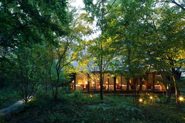 森の中に悠然と佇むメインダイニング「ユカワタン」。