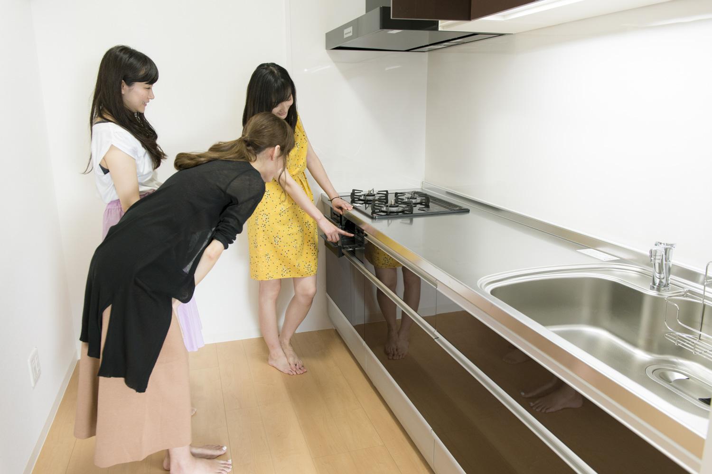 広々としたシステムキッチン。これなら料理もはかどりそう!