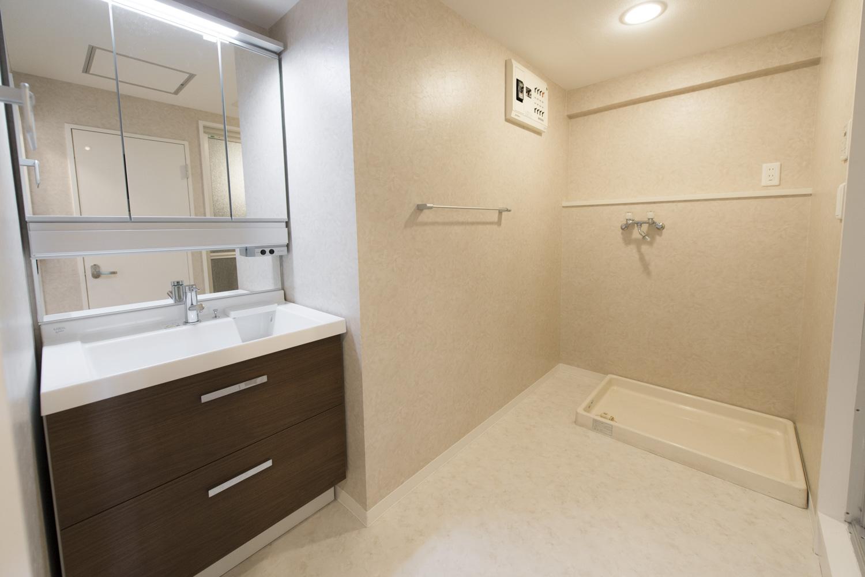 大きめの鏡がうれしい独立洗面化粧台。