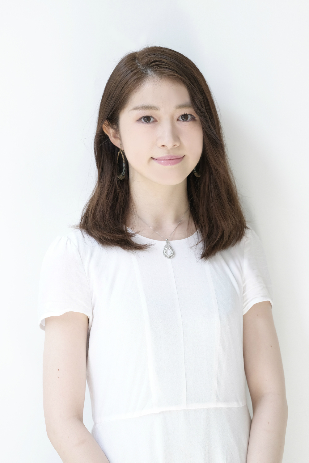 肌の白さが自慢の朝倉さん。休日は犬の散歩と映画鑑賞をして過ごすことが多いそう。好きなタイプは「礼儀正しく、ユニークな人」。