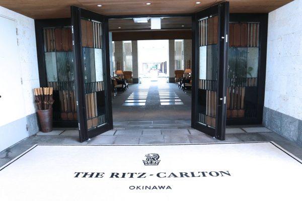 ホテル ザ・リッツ・カールトン沖縄のエントランス。