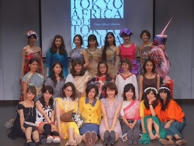 総勢20名のモデルのみなさんと一緒に写真撮影♡前列ピンクが藤野です。