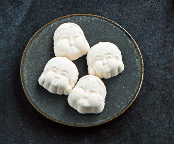 15°Cの「おかめと福助」は、コーヒー風味の縁起がいいお菓子。和三盆糖を使った落雁のような見た目ながら、ブールドゥネージュをイメージ。中には砕いたクッキーとコーヒー豆が。出産や結婚のお祝いに添えても。おかめと福助(4個入り)¥500