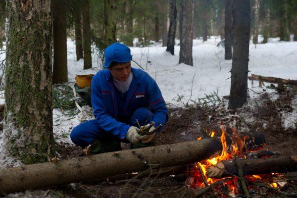 焚き火を設置する大西宇宙飛行士、冬期サバイバル訓練の様子。ガガーリン宇宙飛行士訓練センター(GCTC)にて