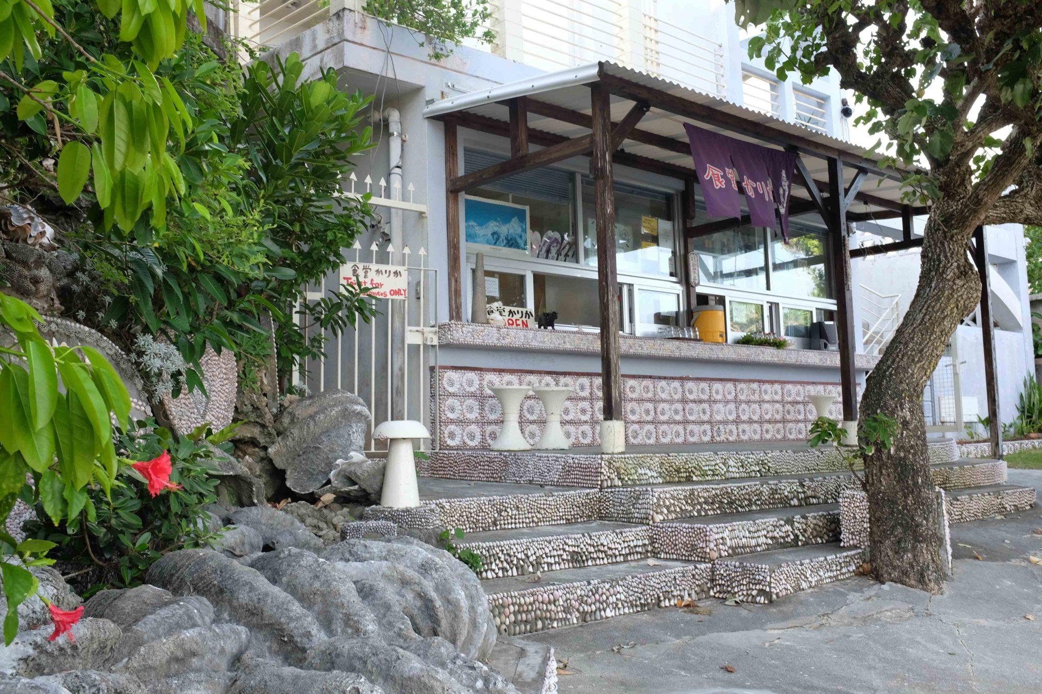 カウンターや階段の貝殻アートが可愛い。