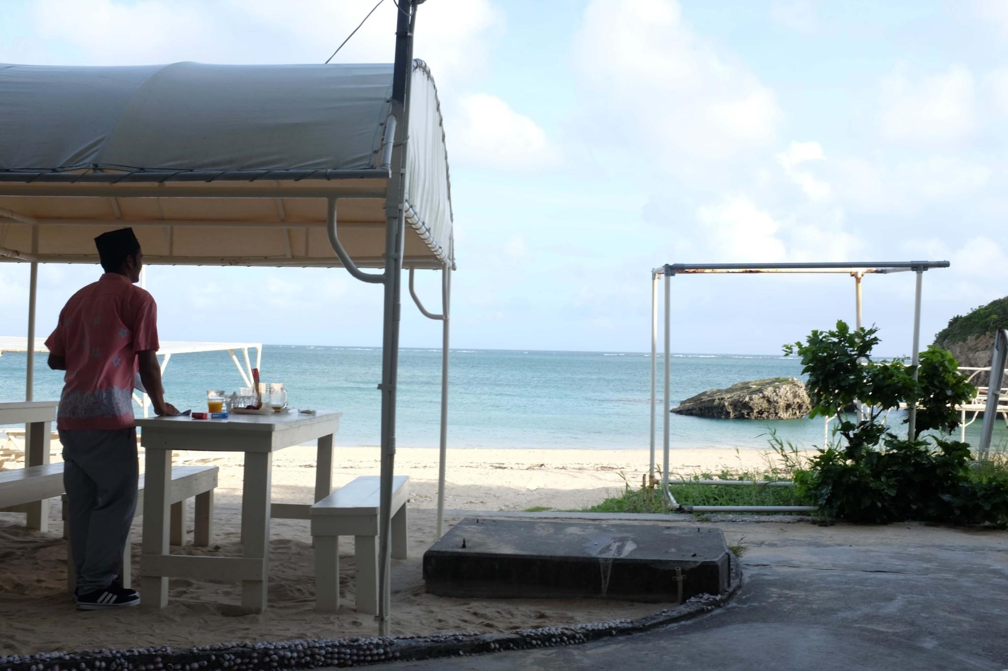 浜辺に並ぶ「食堂かりか」のテーブル。