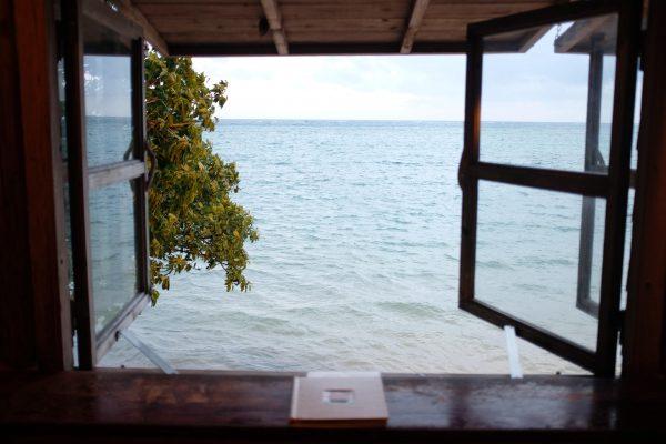 おすすめは真正面に海を望める窓辺の席。