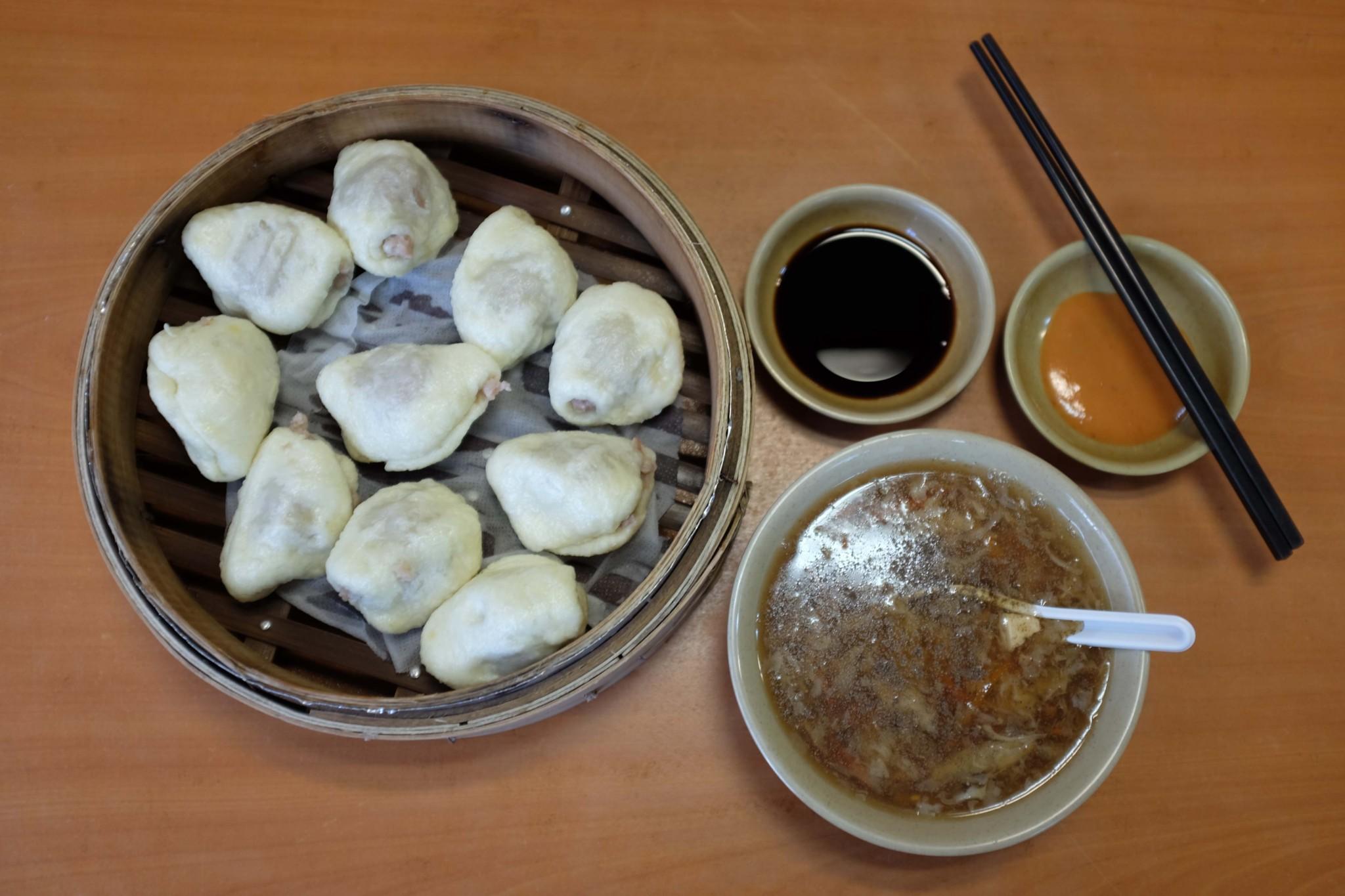 左から蒸包(10個入り・80台湾$)、酸辣湯(25台湾$)。