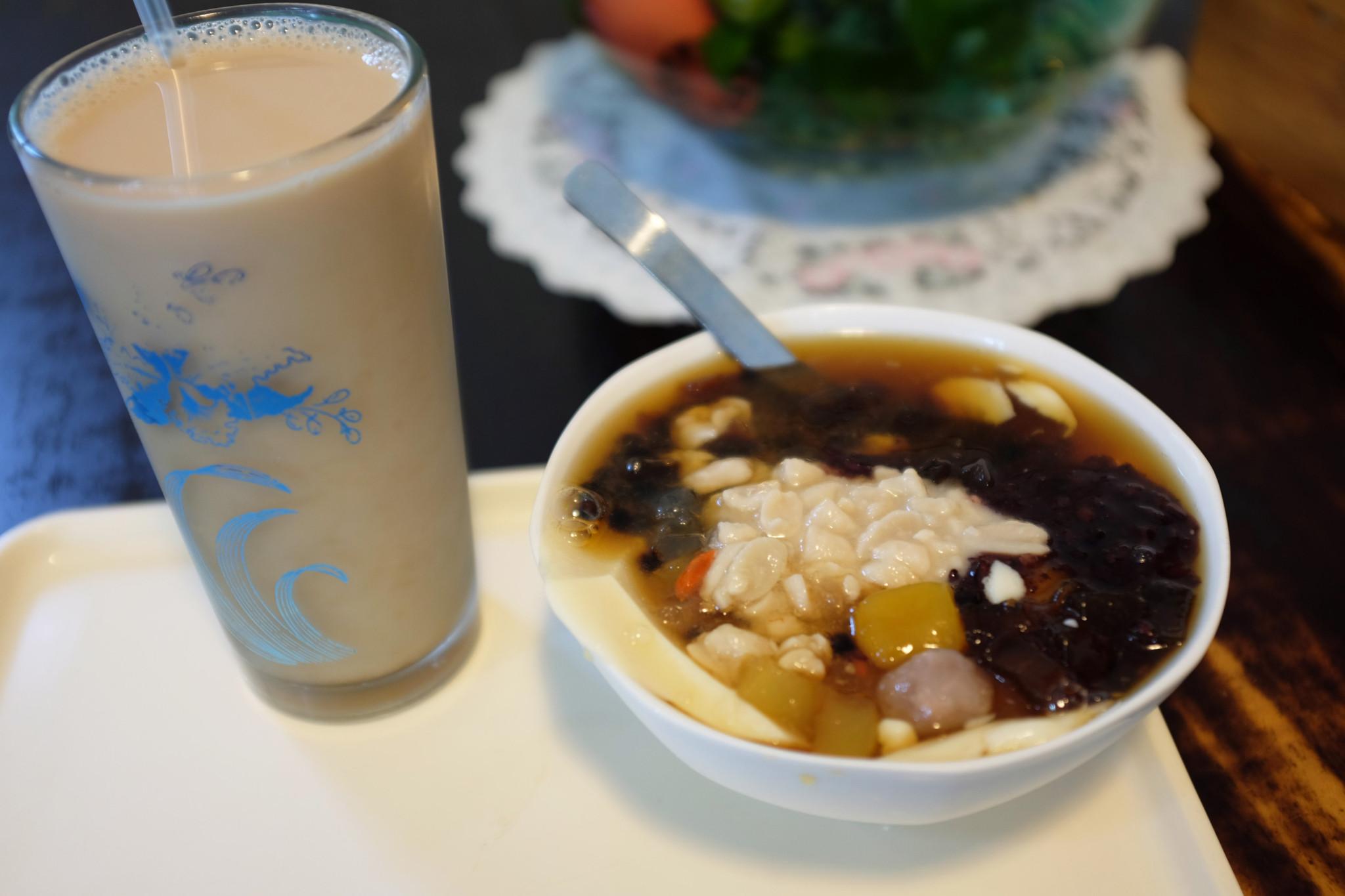 左から豆漿紅茶(35台湾$)、豆花(50台湾$)。