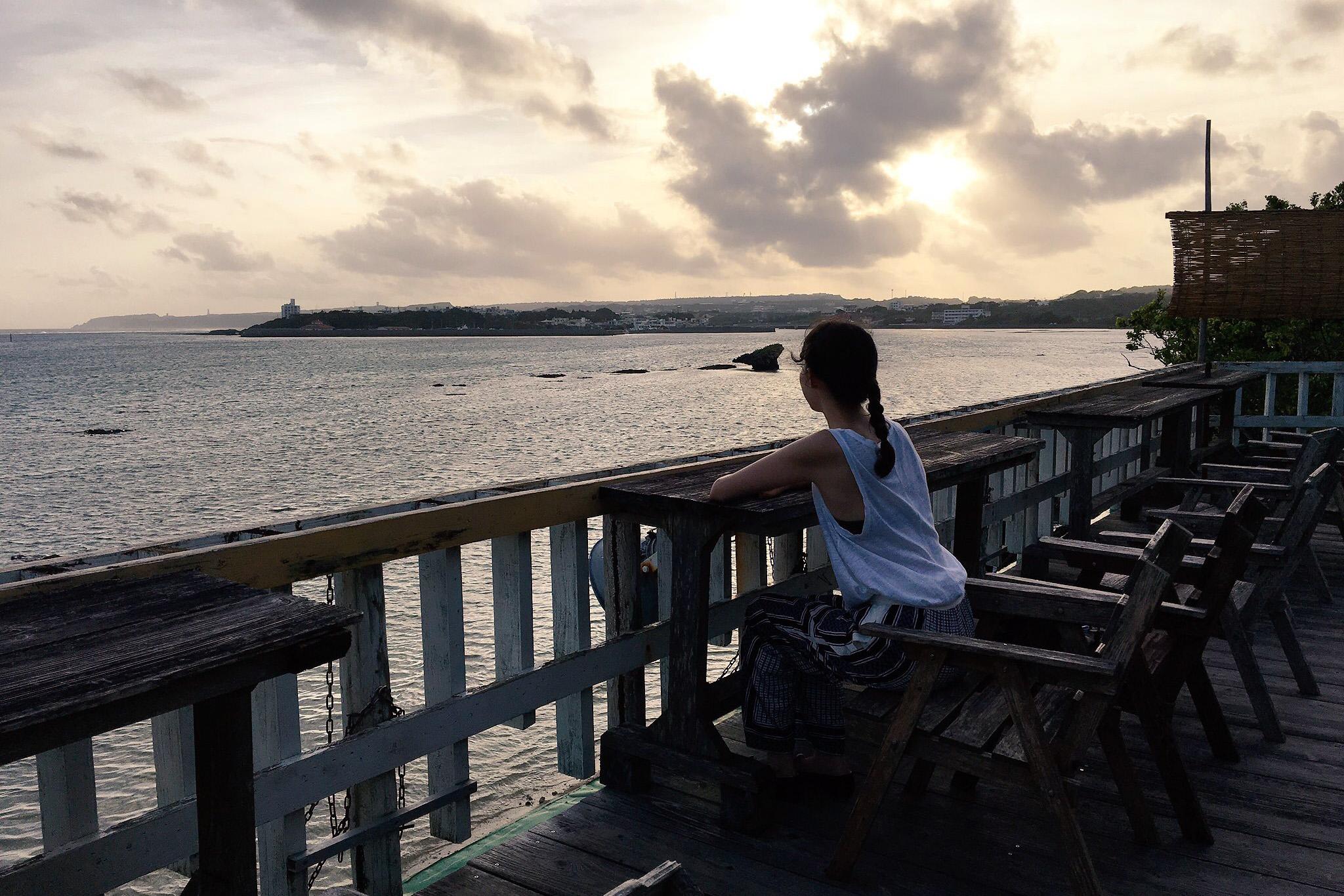 屋上のテラス席で沖縄のサンセットを独り占め。