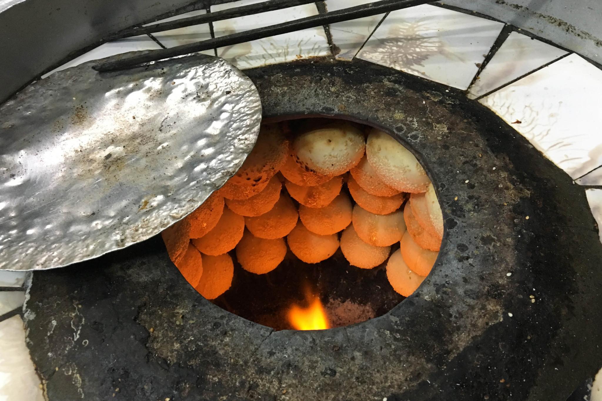 大きな3つの焼き釜は常時フル稼働。