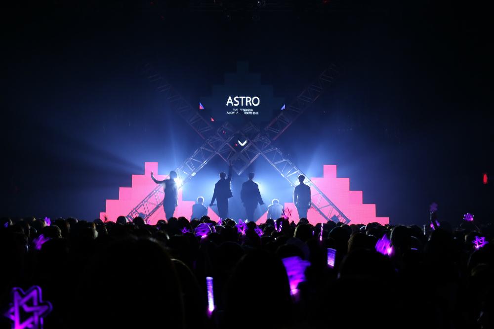 (C)Fantagio Music 日本初登場のASTROを満員のファンが大歓声で迎えます。