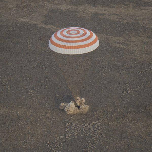 10/30に大西さんたちを乗せたソユーズが、カザフスタンに帰還した瞬間