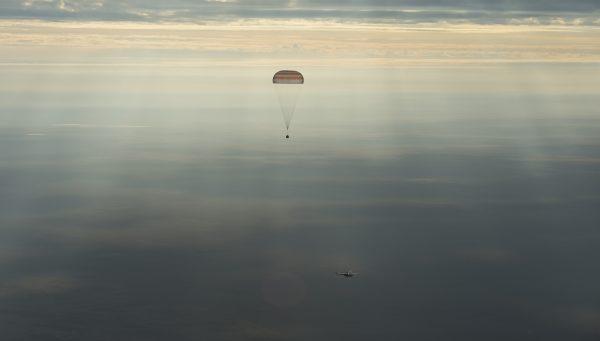10/30に大西さんを含む3名を乗せたソユーズMS-01が、カザフスタンの高原目指して降りてゆくところ。美しい!