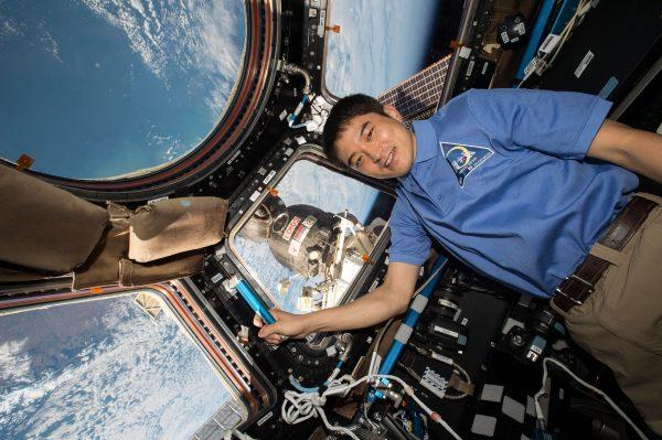 キューポラ(窓)の前の大西宇宙飛行士(C)JAXA/NASA