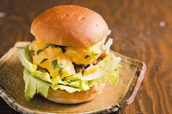 押小路 悠貴の「鱧カツと緑茄子の山椒焼きハンバーガー」は、創味が楽しい、夏仕立ての和バーガー!