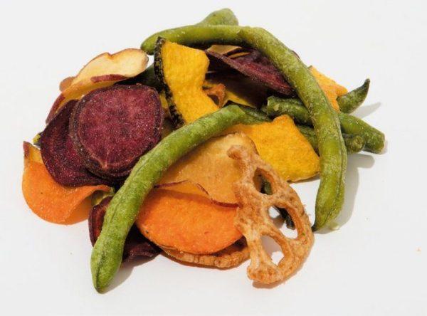 麻布野菜菓子の「野菜チップスあじ塩・カリー+果物チップスセット」3袋入り¥2,160(税込み) 美意識の高い女子会にピッタリのヘルシー系。※写真は「あじ塩」。