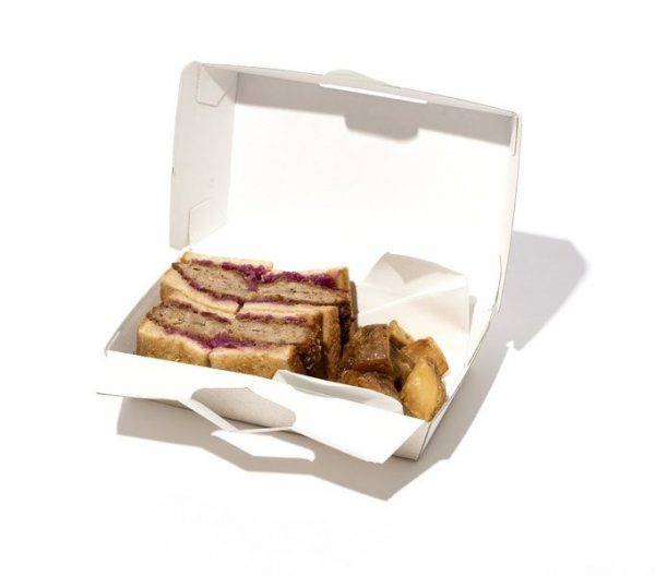 ユーゴ デノワイエ・恵比寿店「自家製ローストビーフのサンドイッチ、メンチカツサンド」各¥1,500。ローストビーフサンドのテイクアウトは季節限定。1階のショップで14時まで。予約可。東京都渋谷区恵比寿南3-4-16 TEL:03・630・0429 11:30~14:00 LO、17:00~22:30LO(1階は通し営業) 月曜休