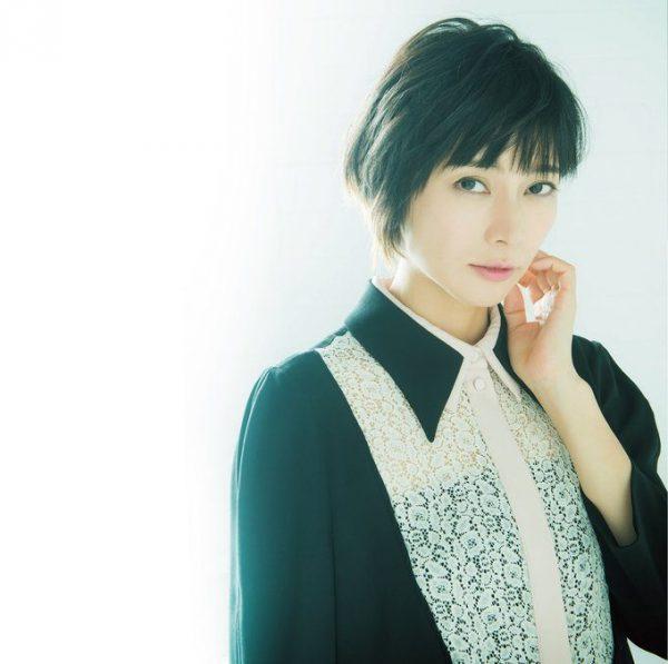 しばさき・こう 1981年生まれ、東京都出身。映画『GO』はじめ多くの映画・ドラマで受賞多数。歌手としても活動し、ほとんどの楽曲で自ら作詞を行う。2017年NHK大河ドラマ『おんな城主 直虎』で主演・井伊直虎役を務める。ワンピース¥59,000(TARA JARMON/イトキン カスタマーサービス TEL:03・3478・8088) ピアス¥22,000(LARA BOHINC/H.P.FRANCE TEL:03・5778・2022)