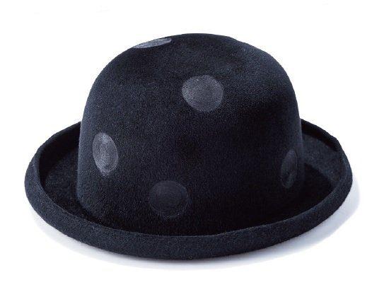 ラビットヘアの黒いハットにさりげない水玉をペイント。