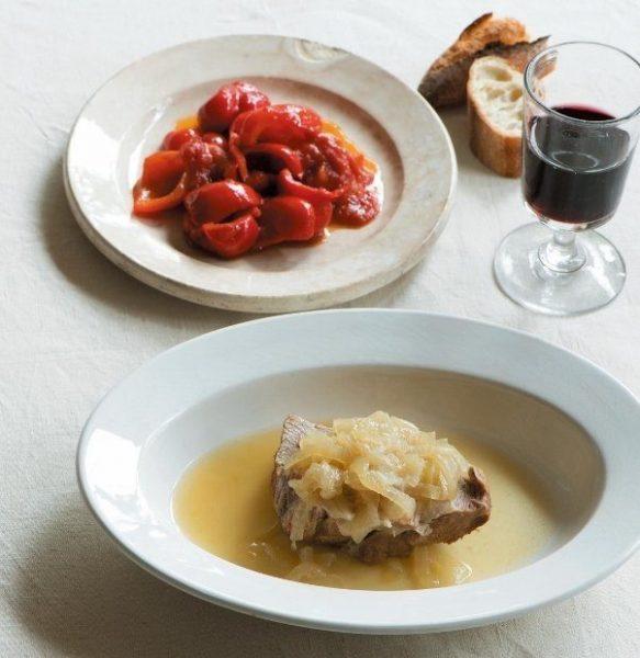 パプリカのアグロドルチェ(奥)と豚の玉ねぎ煮。