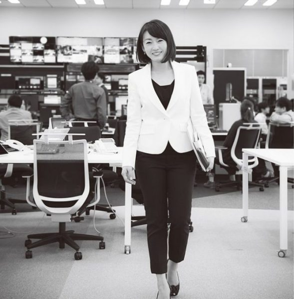 11月より始まった経済ニュース『ゆうがたサテライト』(テレビ東京、月~金曜16:54~)で、メインキャスターを務める。同局の進藤隆富さんがフィールドキャスターを担当。視聴者と等身大の目線で、身近な経済ニュースをわかりやすく伝える。今回の撮影は、この秋に本社移転をした新社屋の報道フロアにて。
