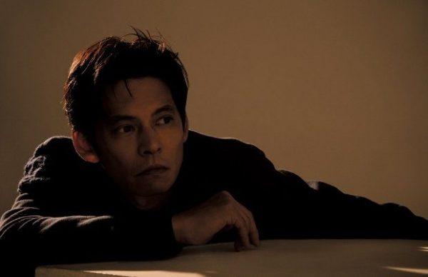 おだ・ゆうじ 1967年12月13日生まれ、神奈川県出身。主演映画『ボクの妻と結婚してください。』は、TOHOシネマズほか、全国で公開中。10月クールのドラマでは、『IQ246~華麗なる事件簿~』(TBS系)でも主演を務める。ジャケット¥174,000 デニムパンツ¥65,000 スニーカー¥75,000 ニットトップス、ベルトは参考商品(以上FENDI/フェンディ ジャパンTEL:03・3514・6187)