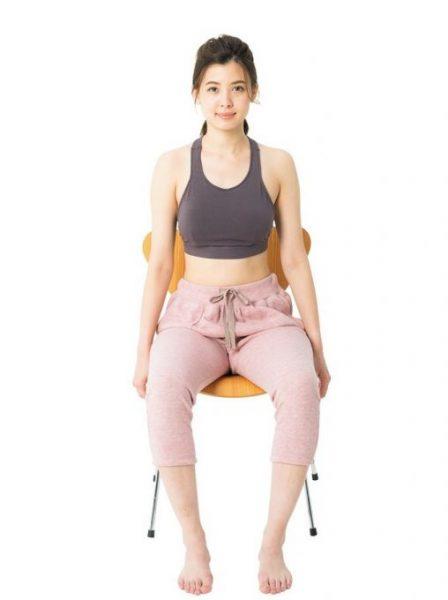 力を抜いてラクな状態で座った時に、膝がパカッと左右に開いてしまう。これは内ももの筋力が低下し、骨盤が開いている可能性あり。