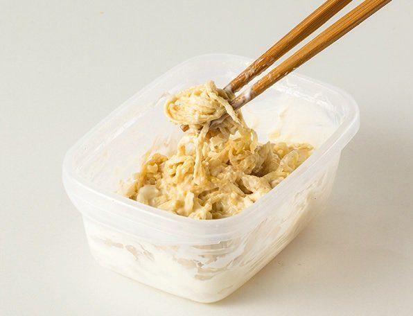 乾物を容器に入れてヨーグルトをかけ、一晩ほど置いて混ぜる。