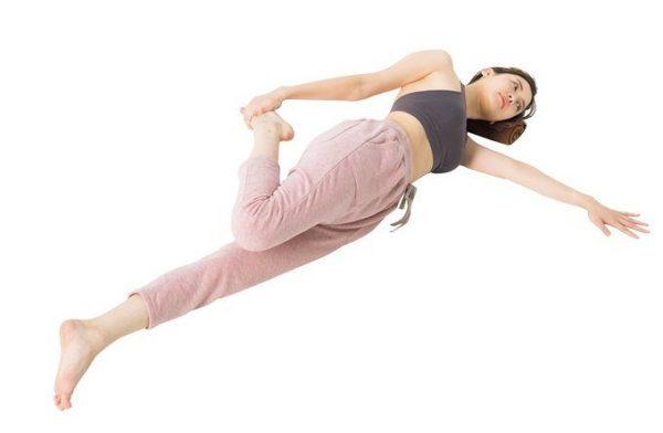 足ひっぱりストレッチで、もも前の筋肉を緩める。トップス¥7,500 パンツ¥12,000(共にスリア/スリア銀座店TEL:03・6226・5200)