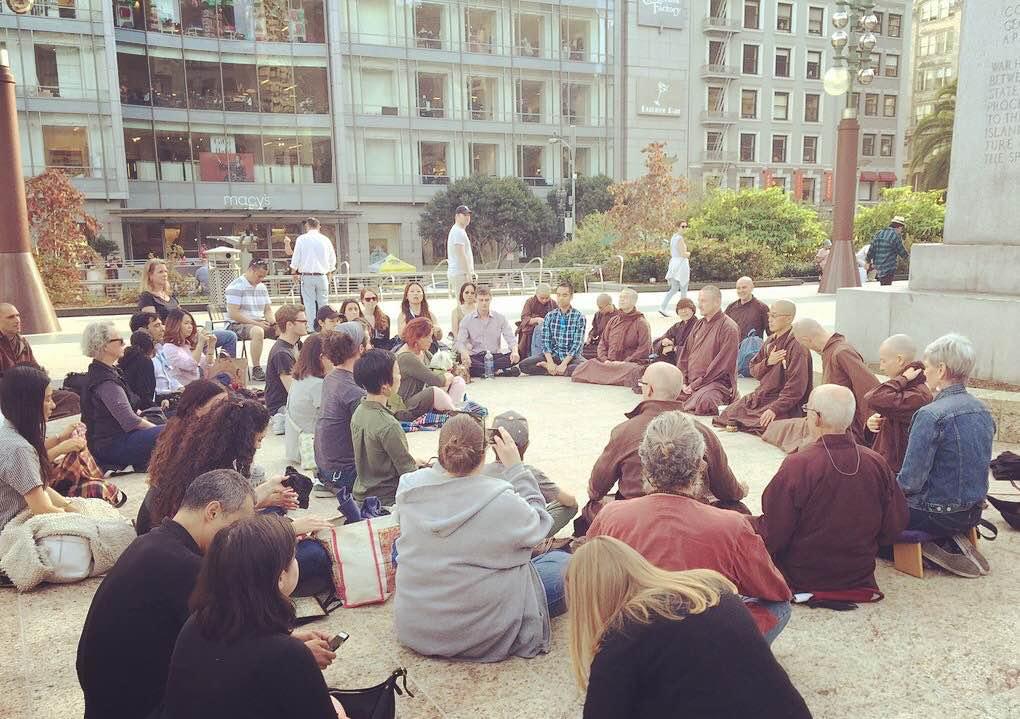 禅僧ティク・ナット・ハン師90歳の誕生日を祝い、サンフランシスコ ユニオン・スクエアで座るマインドフルネス瞑想を。コンパッションを職場に、という意図のビジネス会議、ドリームフォース会議に招かれたというプラム・ヴィレッジのブラザー、そしてシスターとともに。