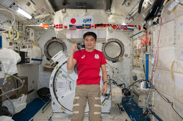 赤いTシャツが縁起よさそう(C)JAXA/NASA