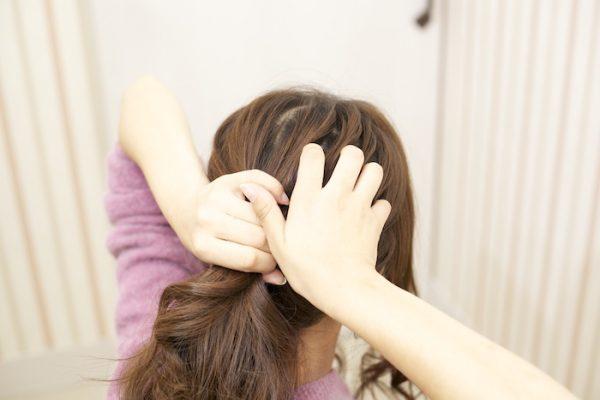 4:耳後ろの髪を手ぐしでまとめローポニテに。