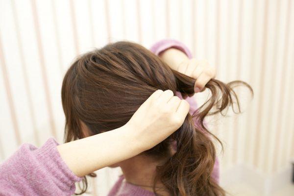 6:耳前の髪をローポニテの結び目上に。