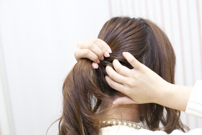 2:手ぐしで、バックの毛束を低めの位置に集める。根元がたるまないように注意!