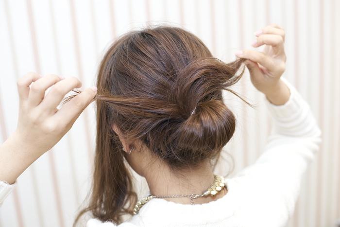 4:毛先を2つに分け、左右から根元に巻きつける。