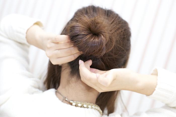 5:巻き終えたら毛先をゴムに絡ませ固定する。