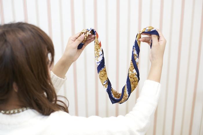 7:スカーフをぐるぐる巻いて細い帯状にする。