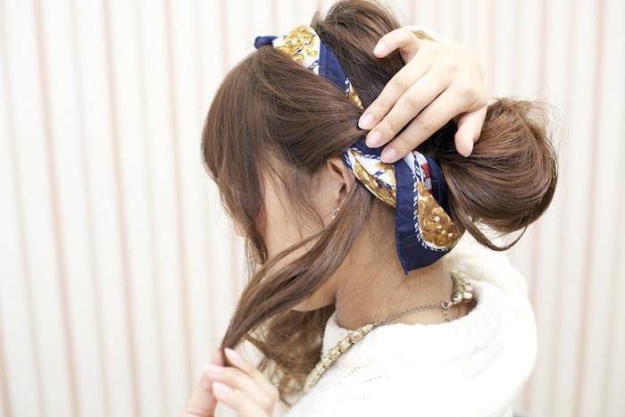 9:顔まわりを外し、前後に分けたサイドの髪をスカーフの上から螺旋状に巻きつける。
