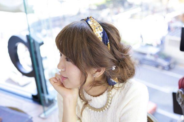 華やかさとこなれ感が両立する、ラフなまとめ髪スタイル!