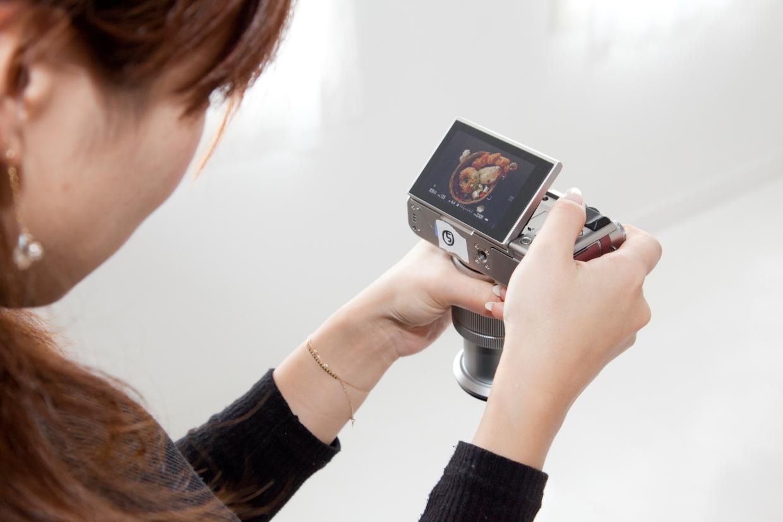 「スライドチルト機構」を採用した可動式の背面液晶モニターを使えば、真上からの撮影もラクラク♪