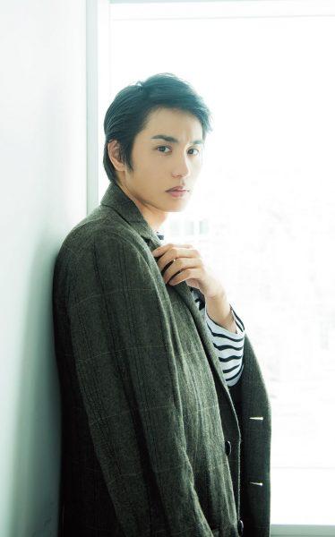 なかむら・あおい 1991年生まれ、福岡県出身。第18回ジュノン・スーパーボーイ・コンテストでグランプリを受賞。以来、様々な映画やドラマに出演。最近では、ドラマ『せいせいするほど、愛してる』の宮沢綾役が話題に。コート¥68,000(ブルーワーク/トゥモローランド TEL:0120・983・522) ボーダーカットソー¥11,800(ハバノス×アーバンリサーチ/アーバンリサーチ 神南店 TEL:03・6455・1971)