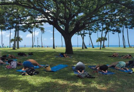ビーチからすぐの公園の木陰で英語でヨガを学ぶクラス。冷房で冷え切った体が生き返ります。