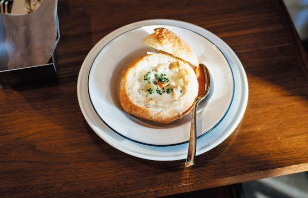 ニューイングランドクラムチャウダーのブレッドボウル(¥900)。パンの仕込みは前日からスタートし、長時間低温発酵させたうえで高温で焼き上げる。そのこだわりが、外側ぱりっと中もっちりな理想のブレッドボウルを生み出している。