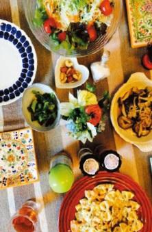 カラダのことを考えてできるだけ自炊を! 料理が趣味で、食器も好き。テーブルコーディネートを楽しんでいます。
