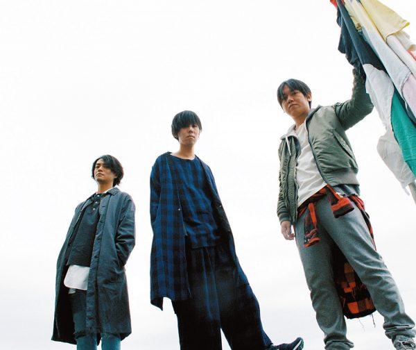 ラッドウィンプス 右から、桑原彰(G)、野田洋次郎(V&G)、武田祐介(B)。2001年結成、2005年メジャーデビュー。今年8月公開の映画『君の名は。』の音楽担当を務め、同名のサウンドトラックをリリース。