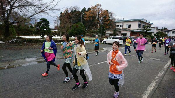 ゴール近くで、先に10㎞を完走した遠藤さんと斉井さんが並走してくれました!