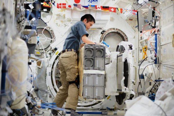 作業中の大西宇宙飛行士